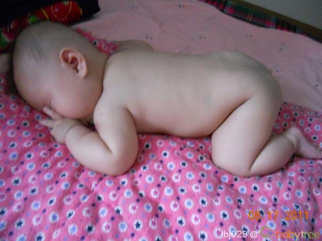 光着PP的小青蛙睡姿,睡着了也不忘吸手指!-小脚丫小手丫 睡姿大公开