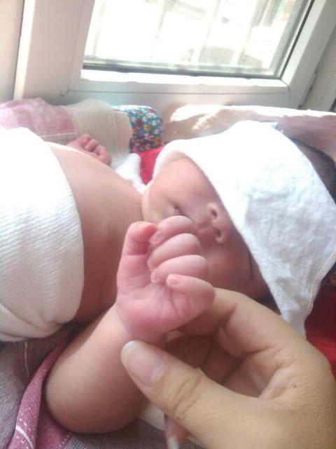 宝宝指甲这是粉色还是发紫