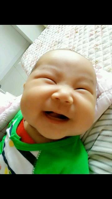 我家宝宝可爱不_两个月12天的宝宝好喜欢笑